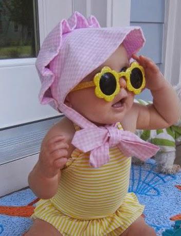 Foto bayi lucu perempuan memakai kacamata unik