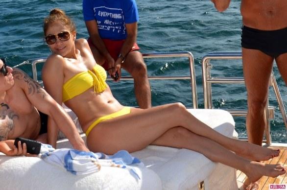 Jennifer Lopez en bikini luce cuerpazo y trasero en Brasil
