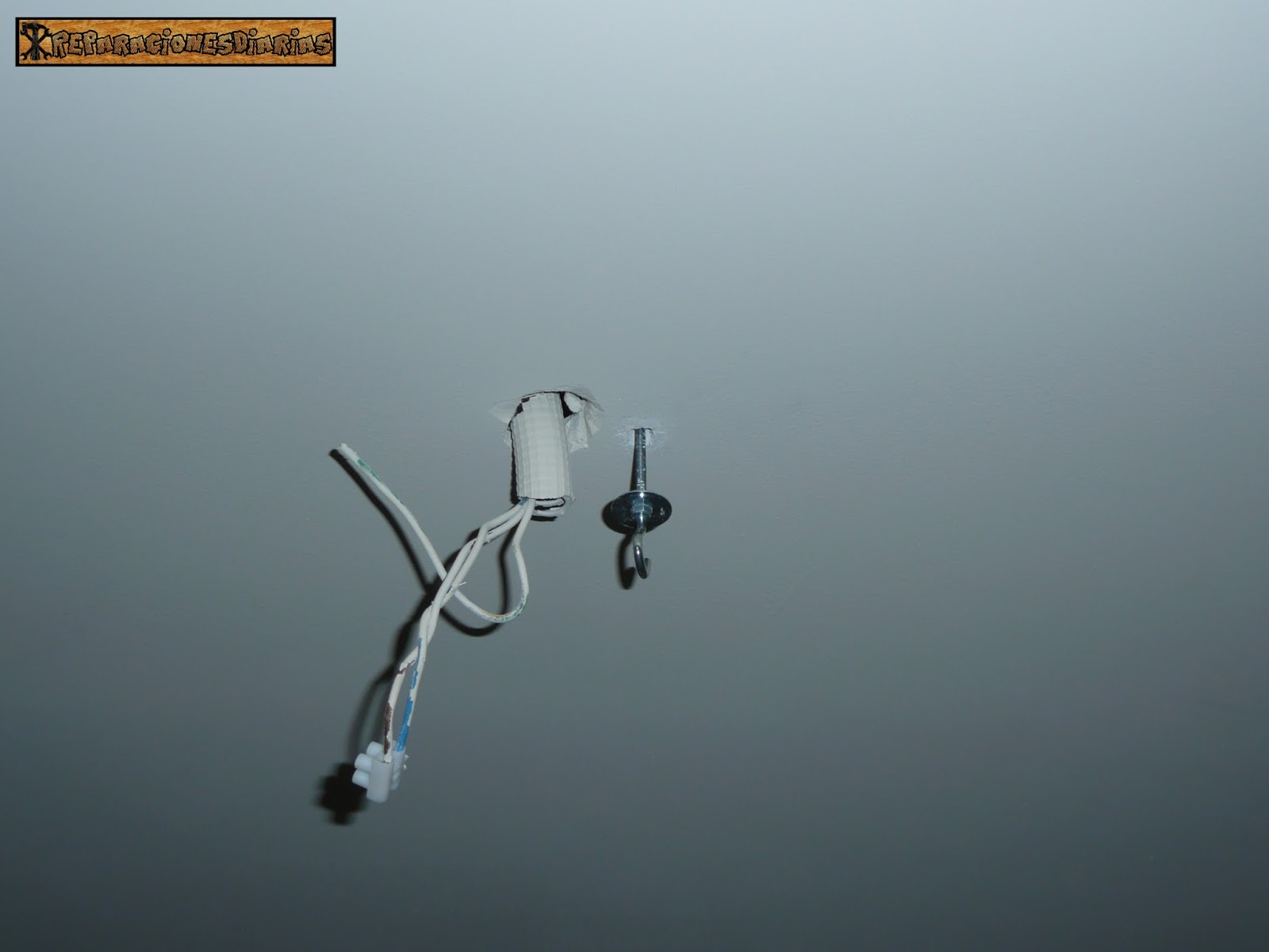 Colgar lampara sin taladrar finest sin agujeros de for Perchero pared sin agujeros