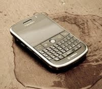 Cara Atasi dan Selamatkan Ponsel Kena Air
