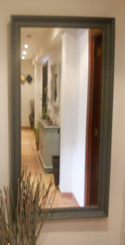 El desv n de los trastucos decorar con grises espejos y - Espejos para pasillos ...