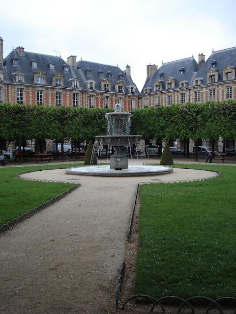 Springbrunnen auf dem Place des Voges in Paris