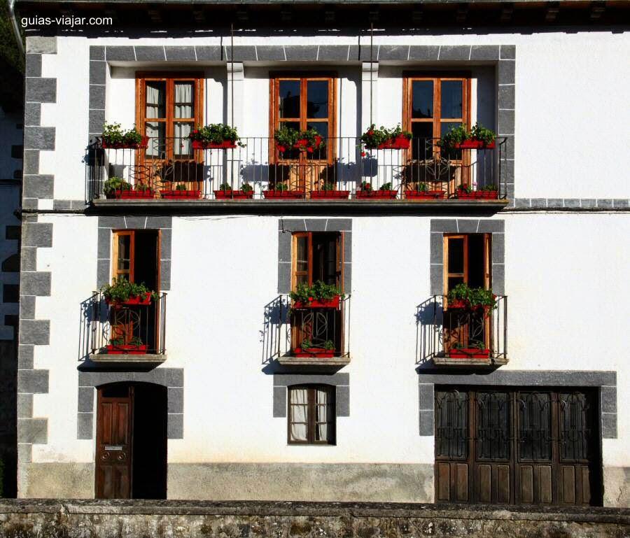 Fachada blanca de casa de pueblo en España