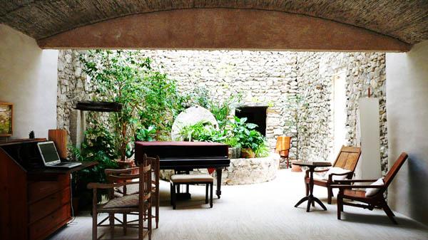 habitacion con piano y salida al jardin del hotel