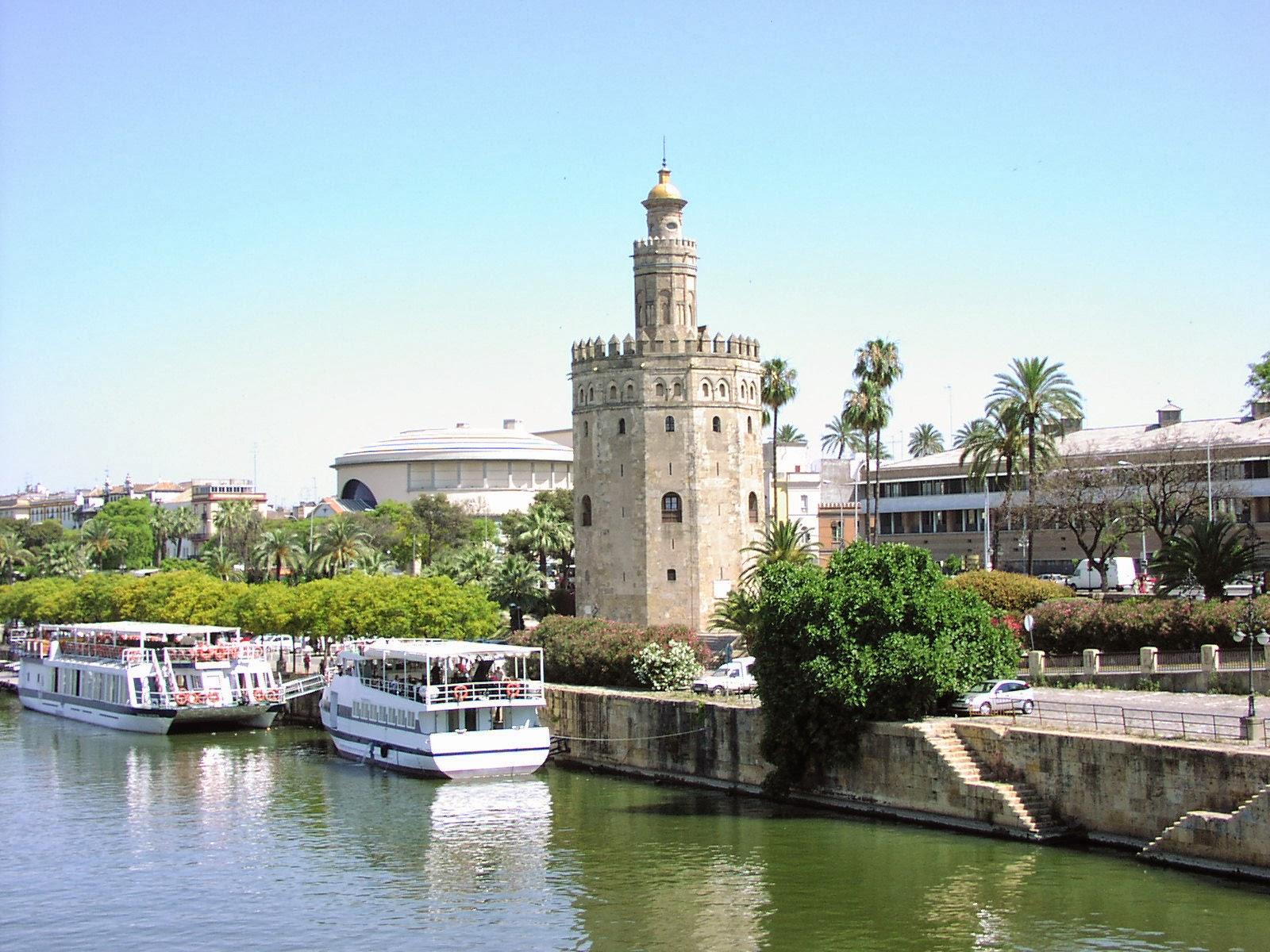 La Torre del Oro y el río Guadalquivir en Sevilla