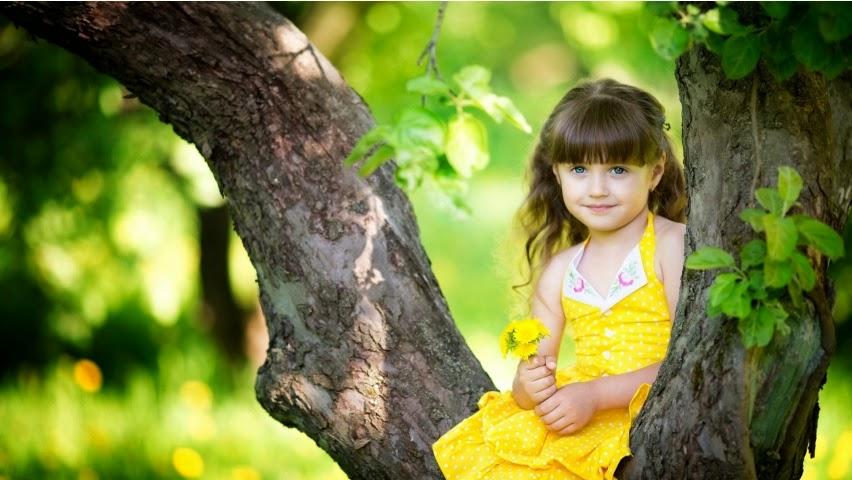 Gambar anak kecil pakai baju kuning bawa bunga