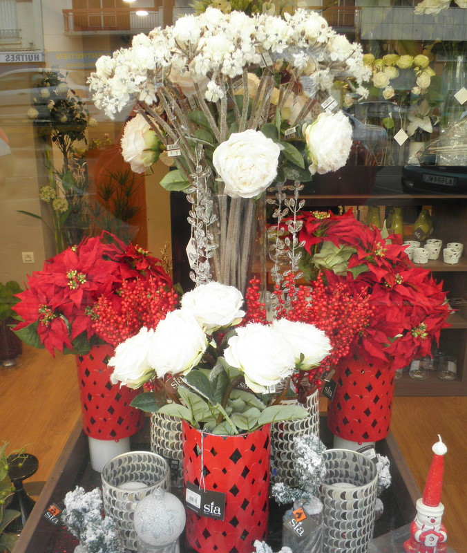 Here And Put A Bright Red Bunch Of Tulips Or Berried Twigs In Them For Lovely Christmas Table Display Cheery Yet Elegant Somehow Christmassey