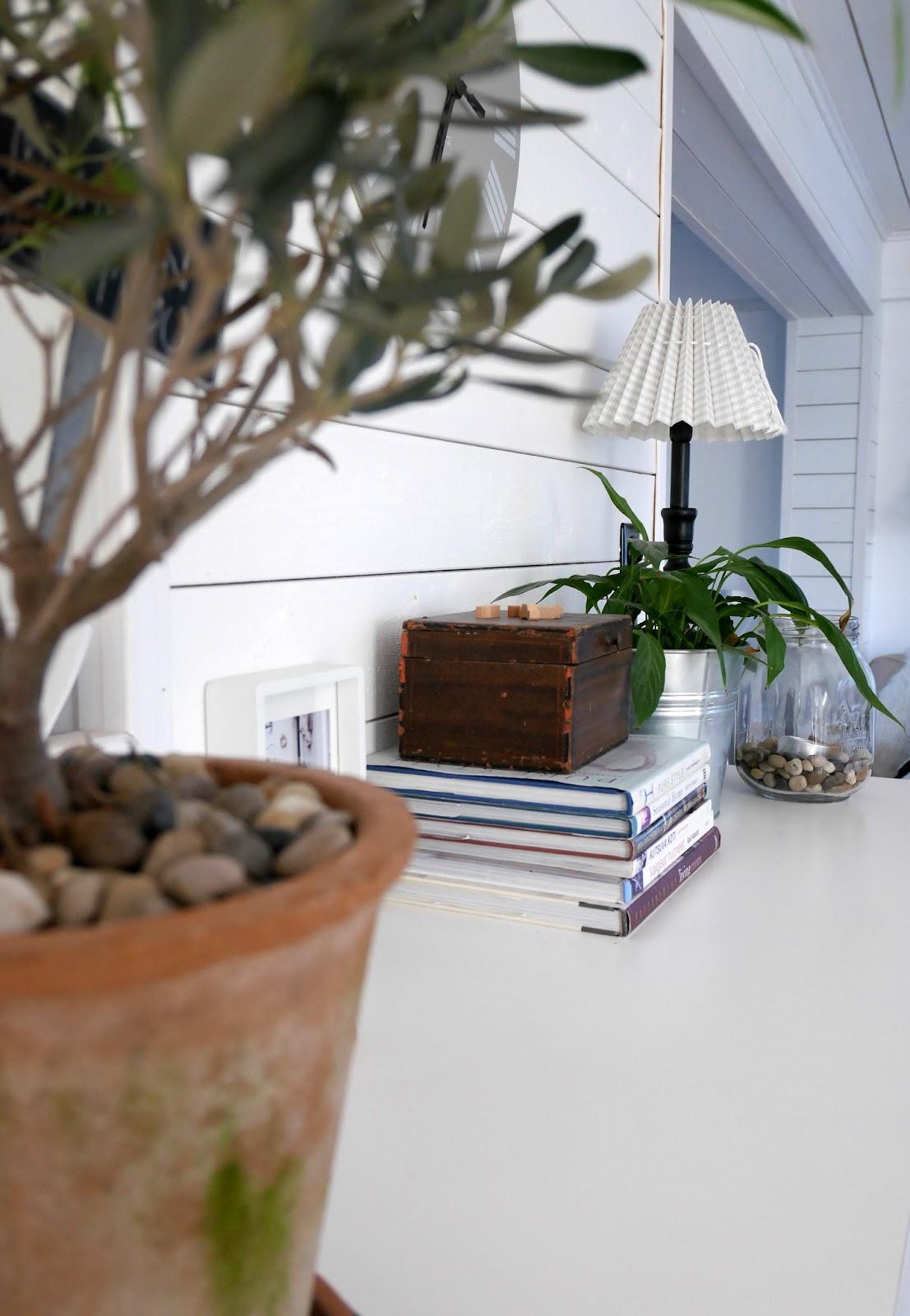Olohuoneen paneelilaudoitus on kaunis tausta koriste-esineille.