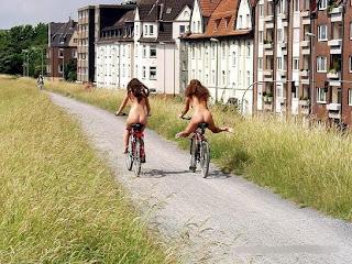 smesne fotke  gole pičke na biciklo