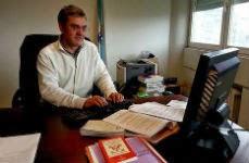 Miguel Aramburu, en su despacho de Pontevedra, con una Constitución en primer término. LÓPEZ PENIDE