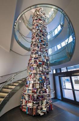 Torre feita de 15.000 livros sobre Abraham Lincoln