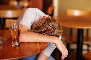 O consumo de bebidas alcoólicas por crianças e adolescentes pode aumentar as chances de se desenvolver alcoolismo na fase adulta.