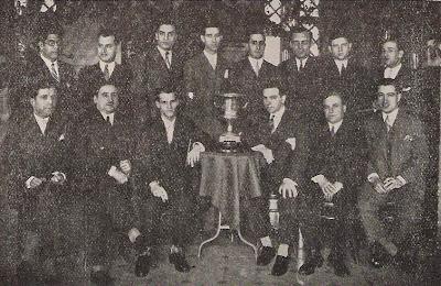 Componentes del equipo del Club Ajedrez Ruy López con el trofeo de Campeón de Cataluña de 1930