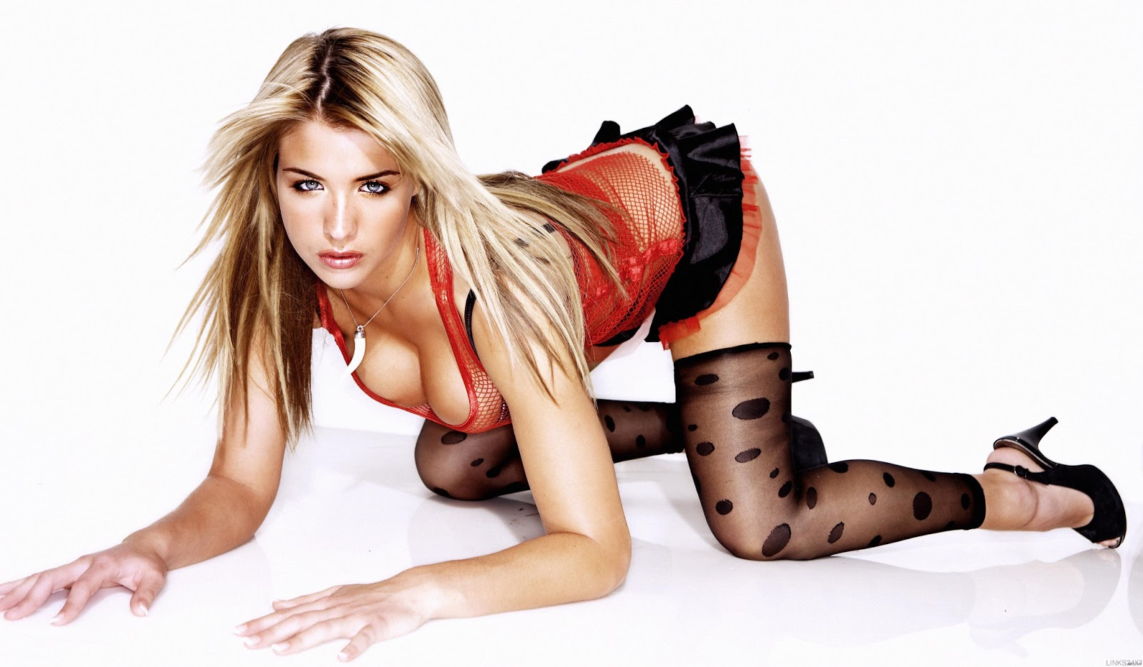 hot Gemma Atkinson pose