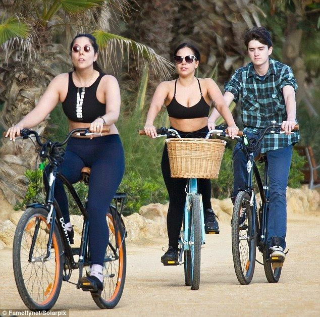 Lady Gaga knows how to keep herself looking healthy without any mention as she burning her greasy by riding a bicycle at Spain on Wednesday.