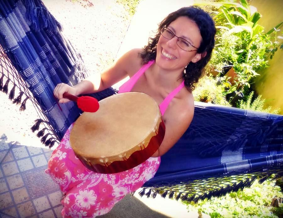 Bianca feliz, experimentando mais um tambor Lakota 30 cm, pronto para ser enviado ao cliente.