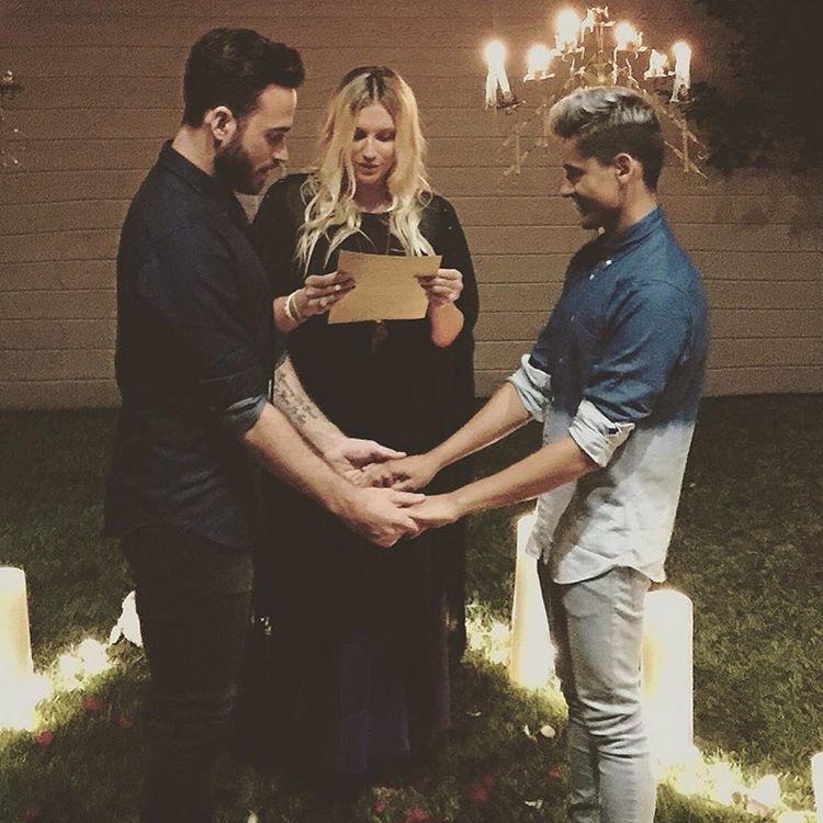 'Tudo o que você precisa é de amor', diz Kesha sobre ministra casamento