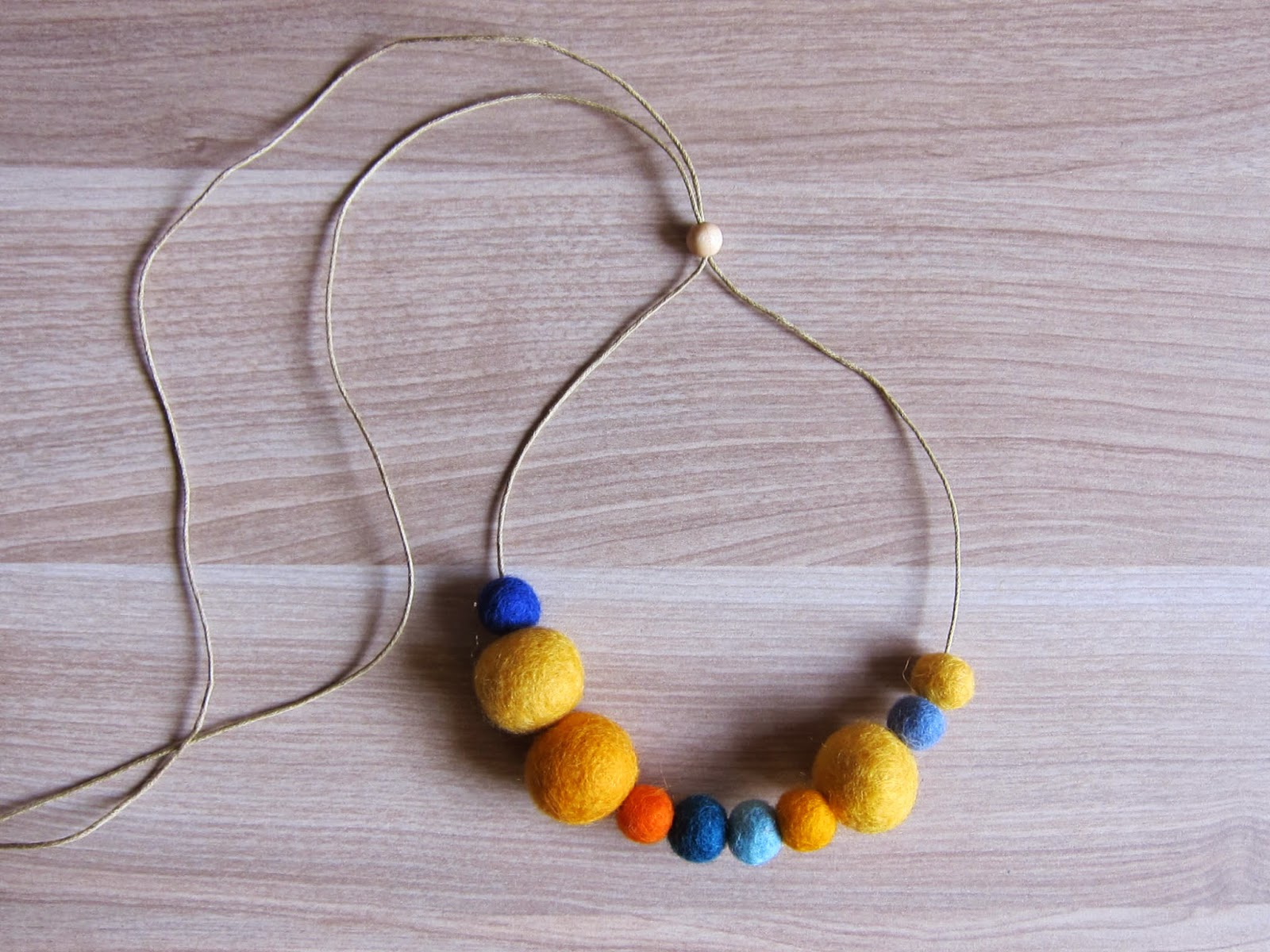 collar-bolas-fieltro