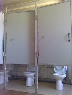 Léger problème d'intimité pour ces WC collectifs, ça va rigoler dans les toilettes!