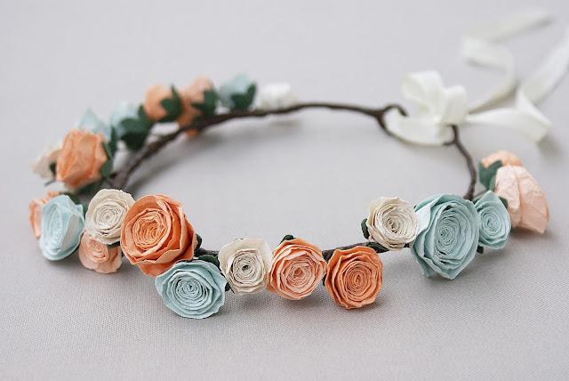 wianek z papierowych róż, mięta i brzoskwinia