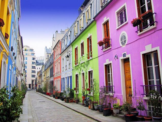 Casas antigas e coloridas em rua do centro de Paris.