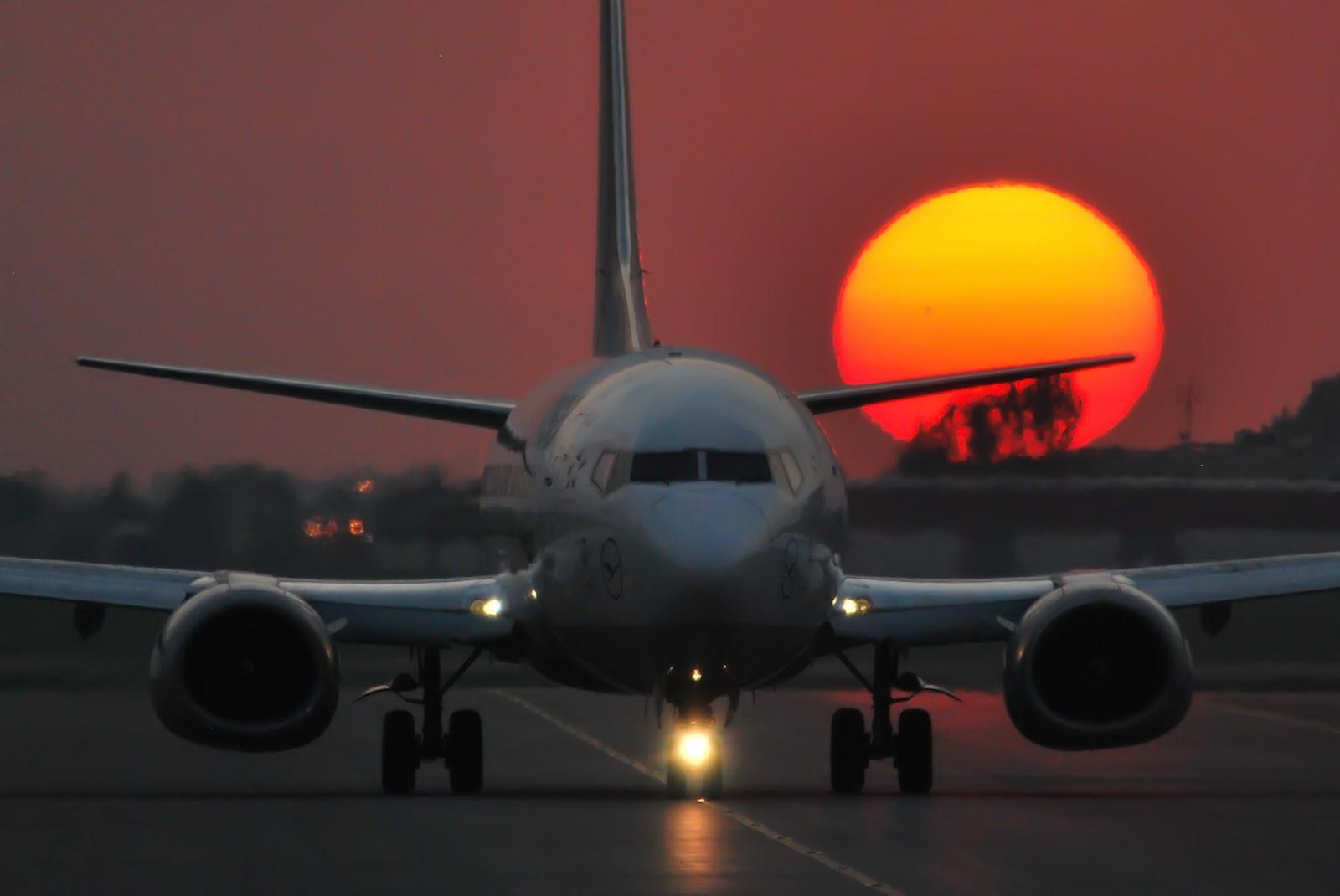http://1.bp.blogspot.com/-07CKcs7KgsU/T_LcjI0DYiI/AAAAAAAAKZ4/ql8GLiQytFM/s1600/boeing_737-500_sunset_taxiing.jpg