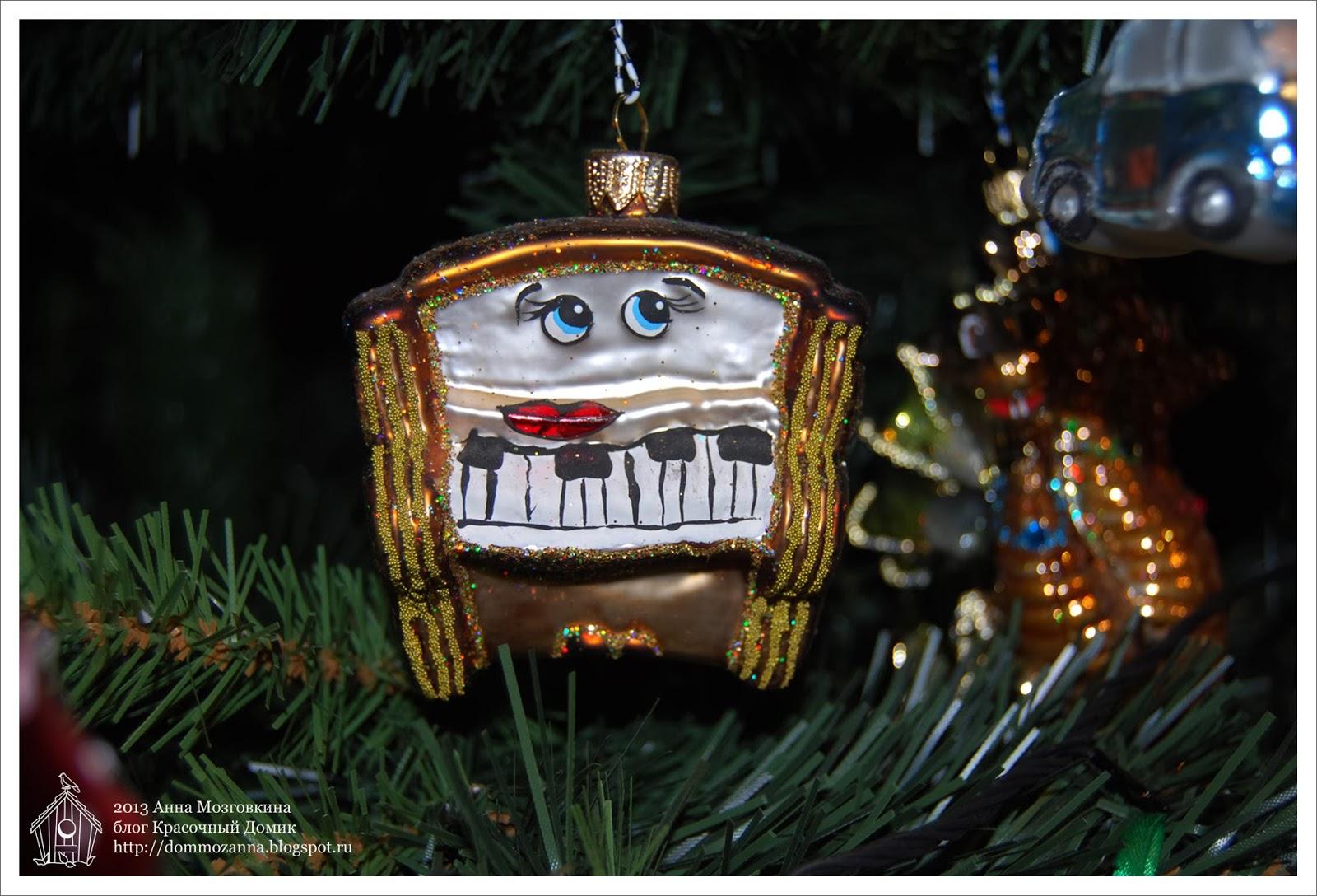 стеклянная новогодняя игрушка пианино