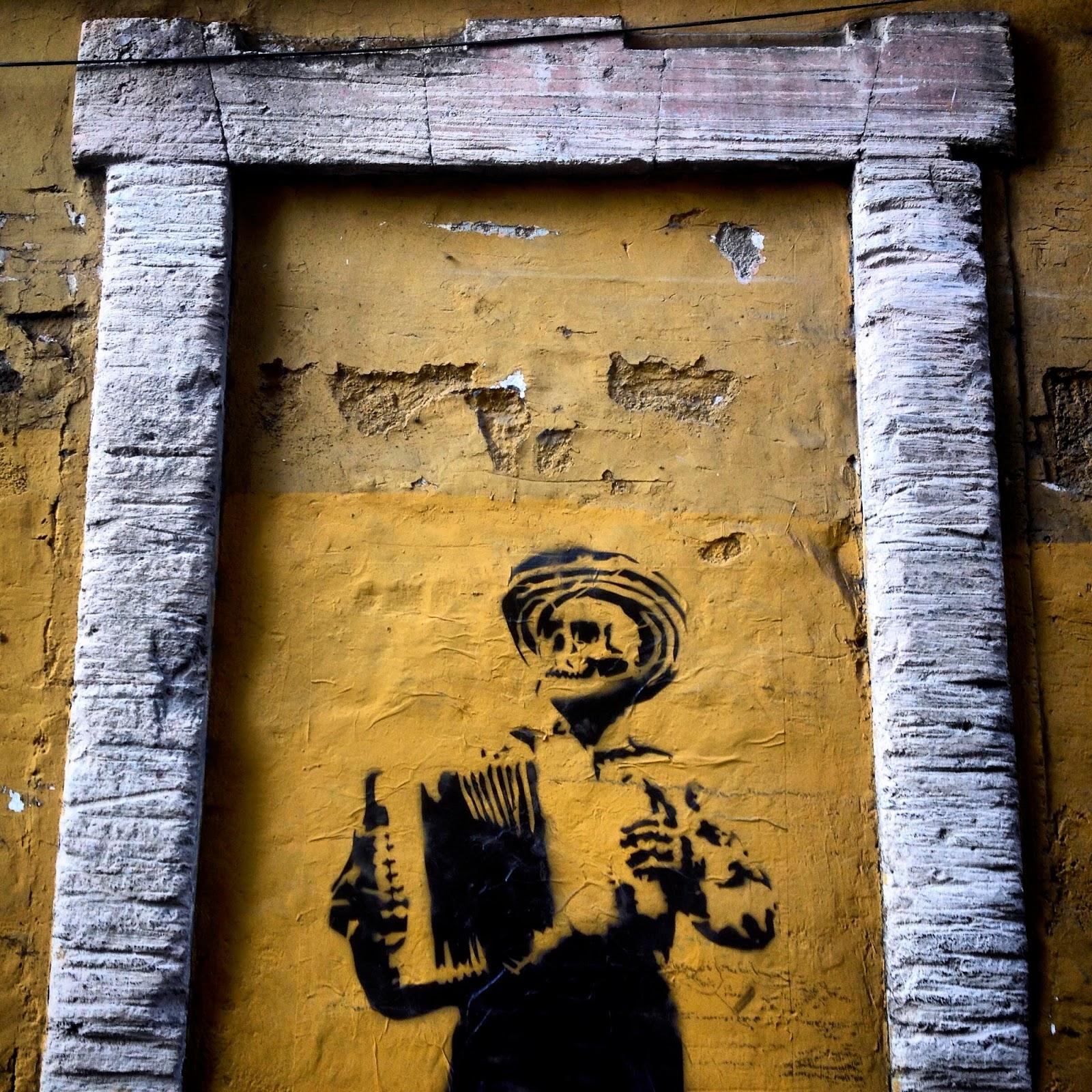 Graffiti de un acordeonista muerto pintado en una calle de Guanajuato. El Viaje al Centro del Universo se ha convertido en un camino lleno de momentos mágicos y de grandes lecciones. Nuestro próximo destino es Guanajuato. Ciudad conocida por su festival Cervantino, un encuentro internacional donde se realizan actividades sobre Miguel de Cervantes y su famoso hijo imaginado Don Quijote.