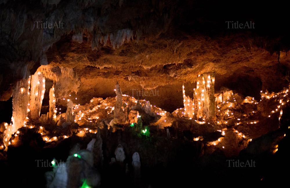 夏の石垣島の鍾乳洞の写真