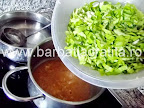 Ciorba de salata verde cu smantana preparare reteta - punem salata tocata in cratita