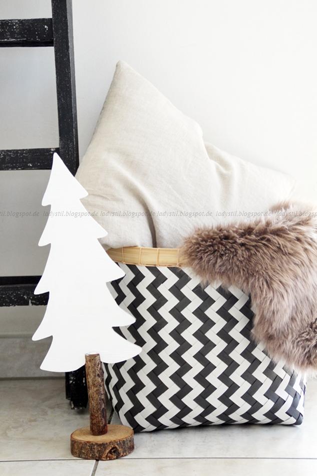 Dekoleiter, Tannenbaum aus Holz und Korb schwarz weiß mit Fell