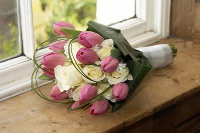 Rangkaian bunga tangan & handbouquet tulip, jual bunga tulip, toko bunga jakarta, buket bunga tulip, buket bunga mawar