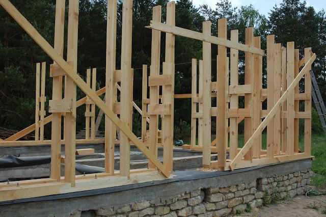 Drewniana-konstrukcja-domku-letniskowego