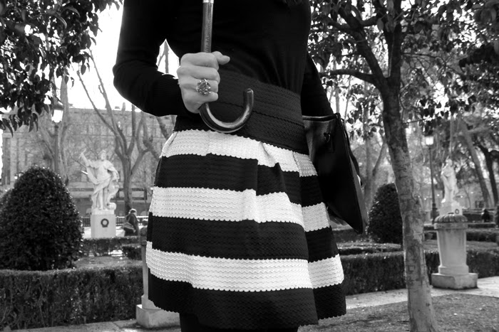 Total Outfit Black and White, falda abullonada, print coat, paraguas, martens