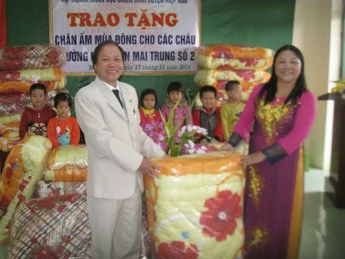 Hội doanh nhân Cựu chiến binh Hiệp Hòa tặng chăn cho học sinh mầm non