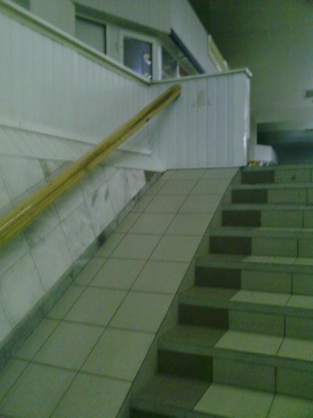 Aparcamiento de discapacitados escaleras y rampas para for Rampa de discapacitados