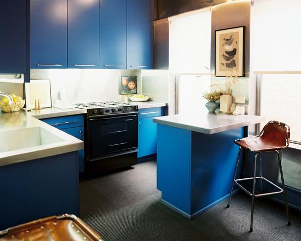 Dunkles Holz, Weiß und Blau in der Einrichtung oder wie vintage modern wird: peppig moderne Küche