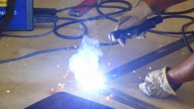 Soldar ferro com um aparelho de soldar