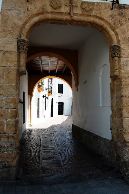 El callejón del Niño Perdido, en la judería de Utrera. Al fondo la puerta de Besana Tapas