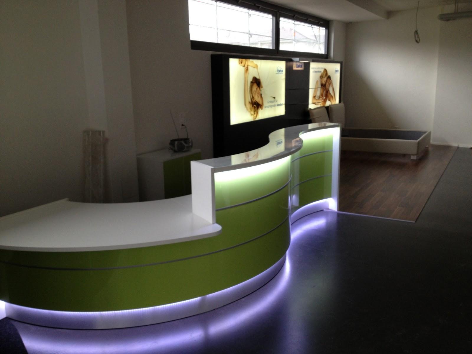 colour up your office neue referenz mit neuem empfangstresen in wellenform hochglanzfront mit. Black Bedroom Furniture Sets. Home Design Ideas