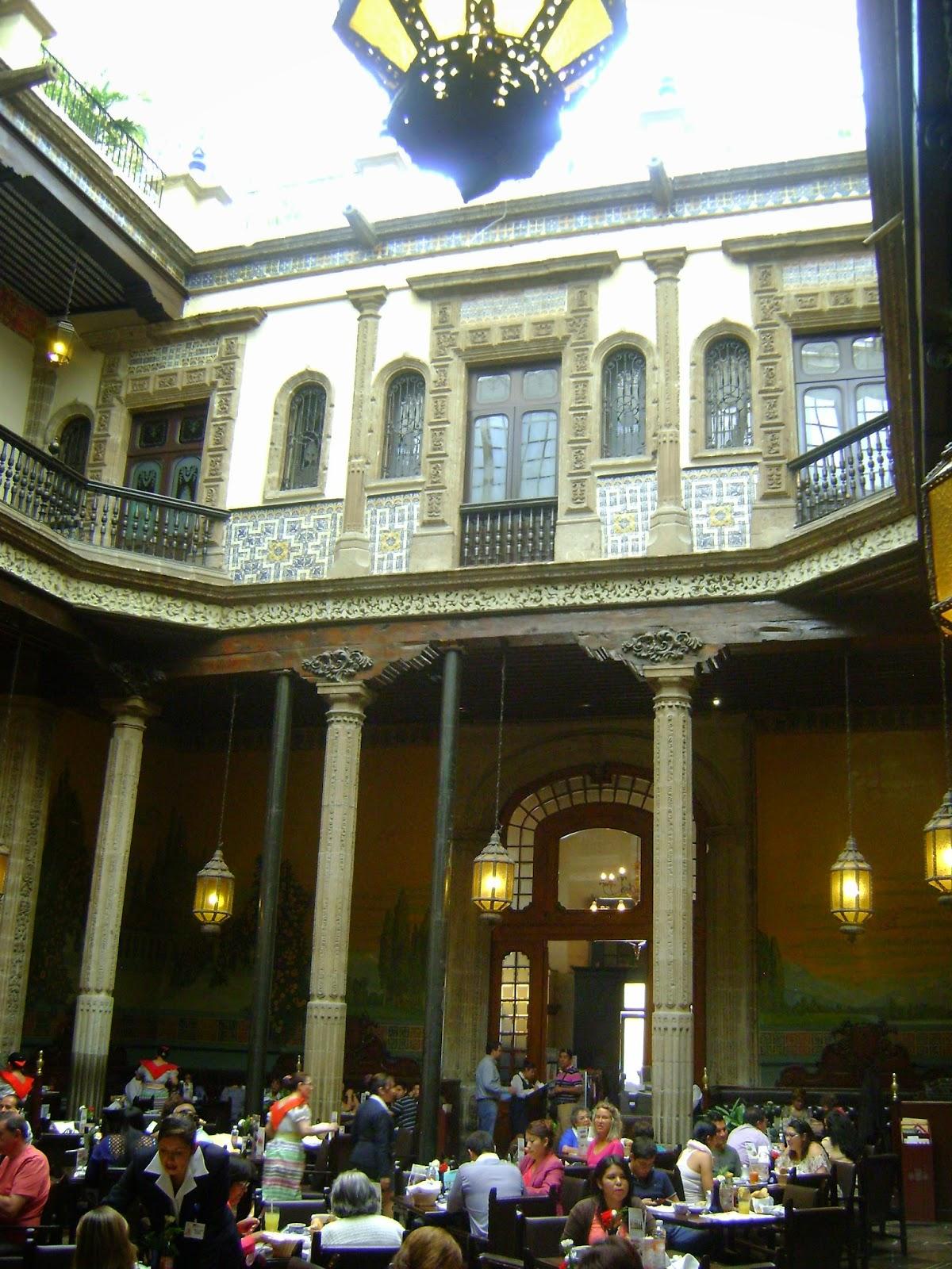 Diarios de viaje odv y rcl palacio de los azulejos for Patio de los azulejos