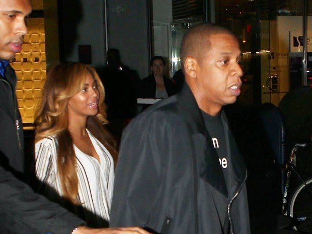 On the evening of Wednesday, 29, singer and rapper was accompanied by bodyguards photographed leaving a hotel in New York.
