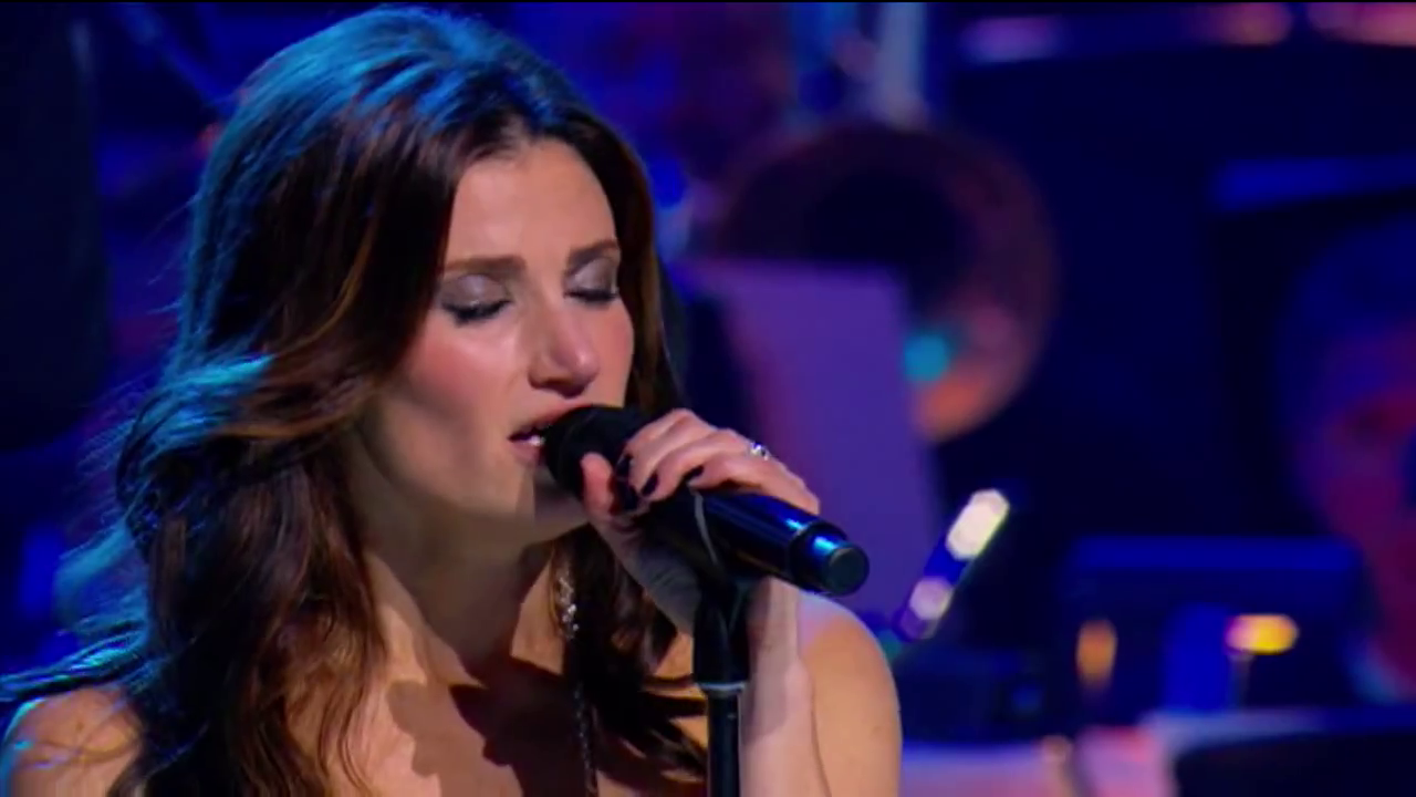 Idina Menzel sings pic