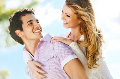 تشابه اساليب المحادثة بين شخصين يشعل الرومانسية بينهما - حب ورومانسية - حبيبان متعانقان