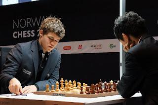 Échecs en Norvège : Magnus Carlsen (2868) 0-1 Wang Hao (2743) lors de la ronde 8 © Site officiel