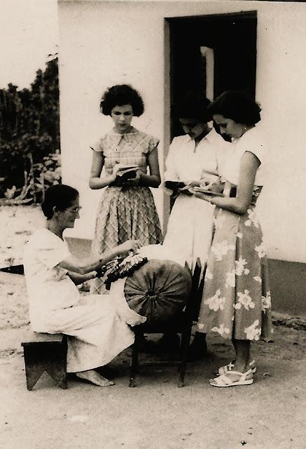 Estudantes em pesquisa, Guarapari, ES, anos 50.
