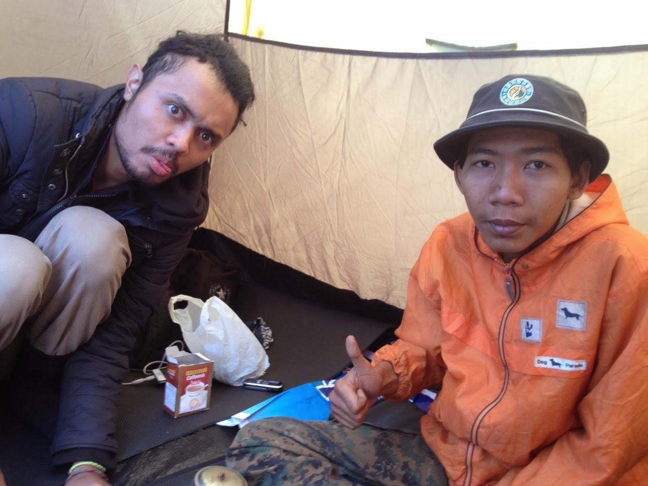 bikin kopi di dalem tenda, soalnya ujan