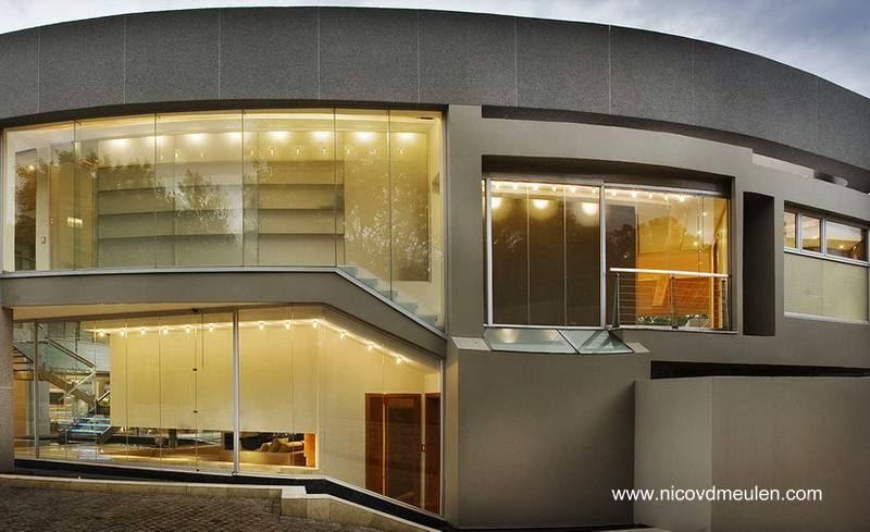 Sector curvo exterior del cuerpo principal de la residencia contemporánea