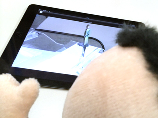動画を見て「バーチャルマネキン」が何たるかを学ぶ助太力くんの写真