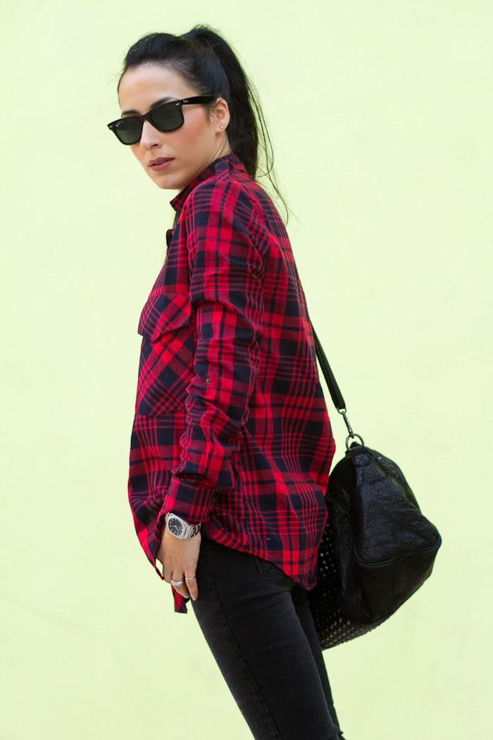Bloguera de moda española con estilo rock punk y botas con tachuelas y pinchos